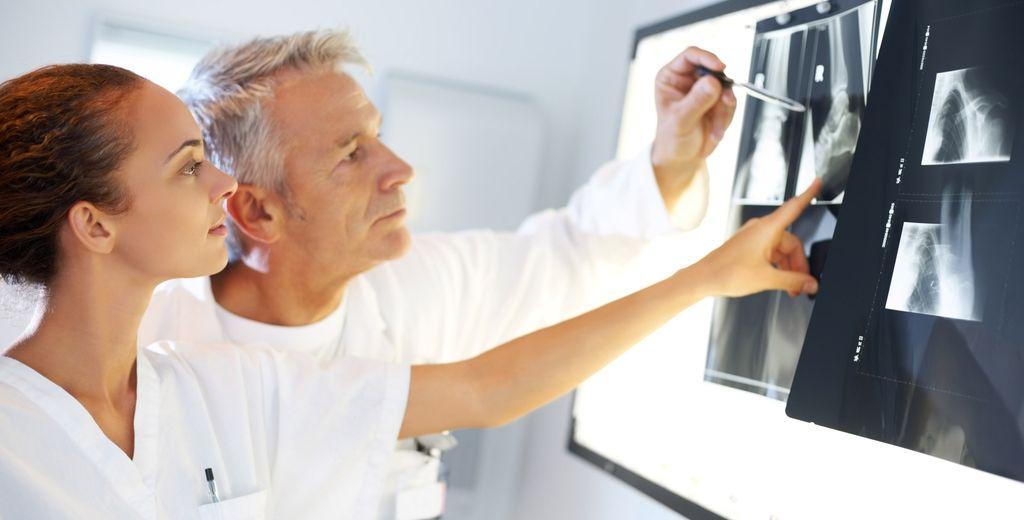 Врачи-рентгенологи изучают снимки