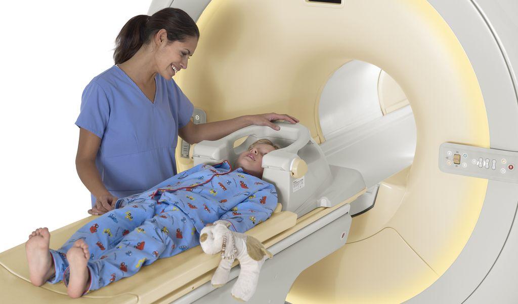 Обследование ребенка на томографе