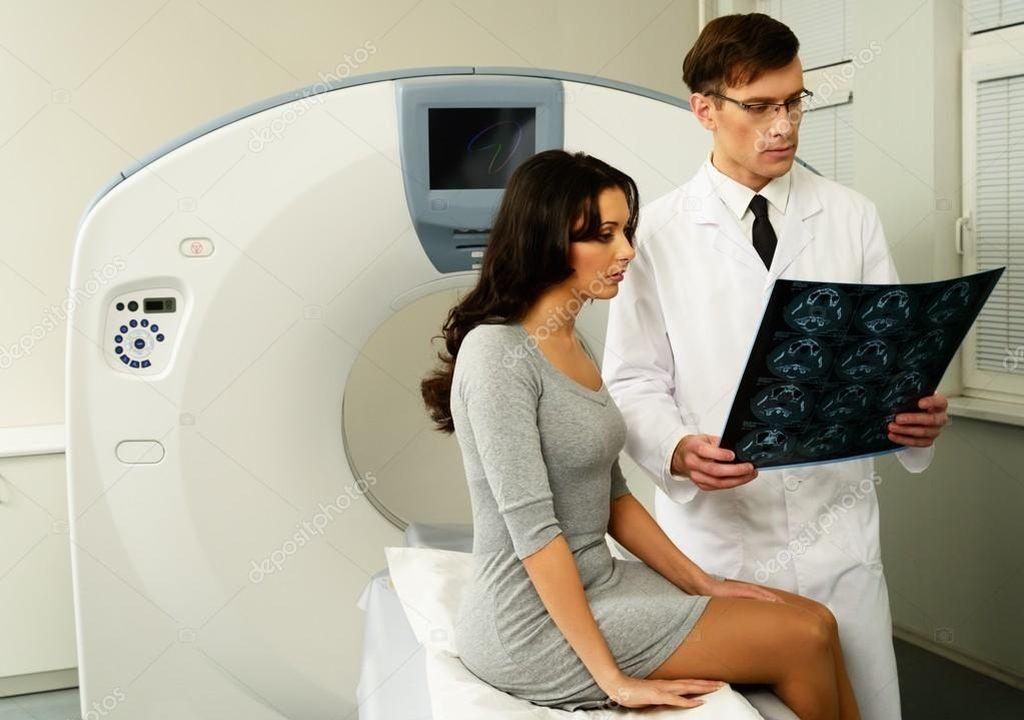 Врач объявляет пациенту результаты обследования