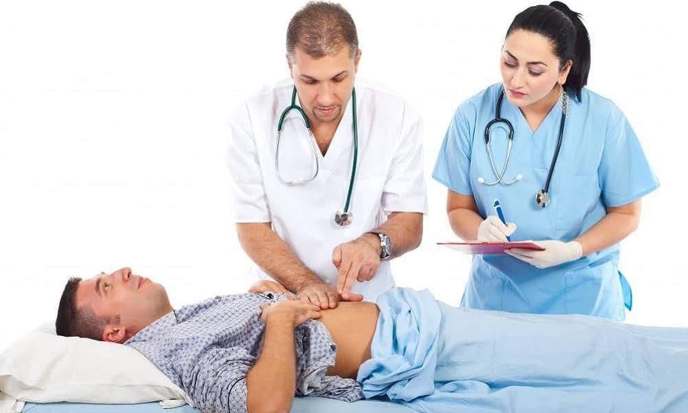 Доктор проводит пальпацию области живота