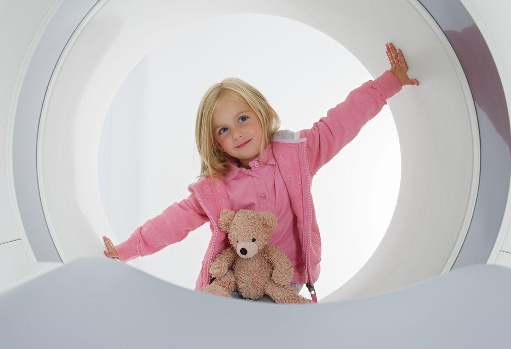 Ребенок в гентри томографа