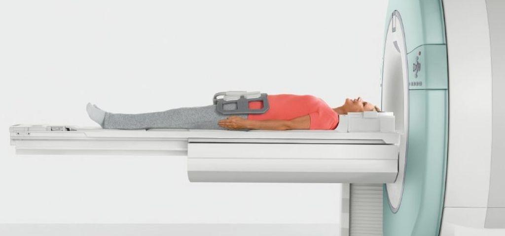Пациент на столе томографа