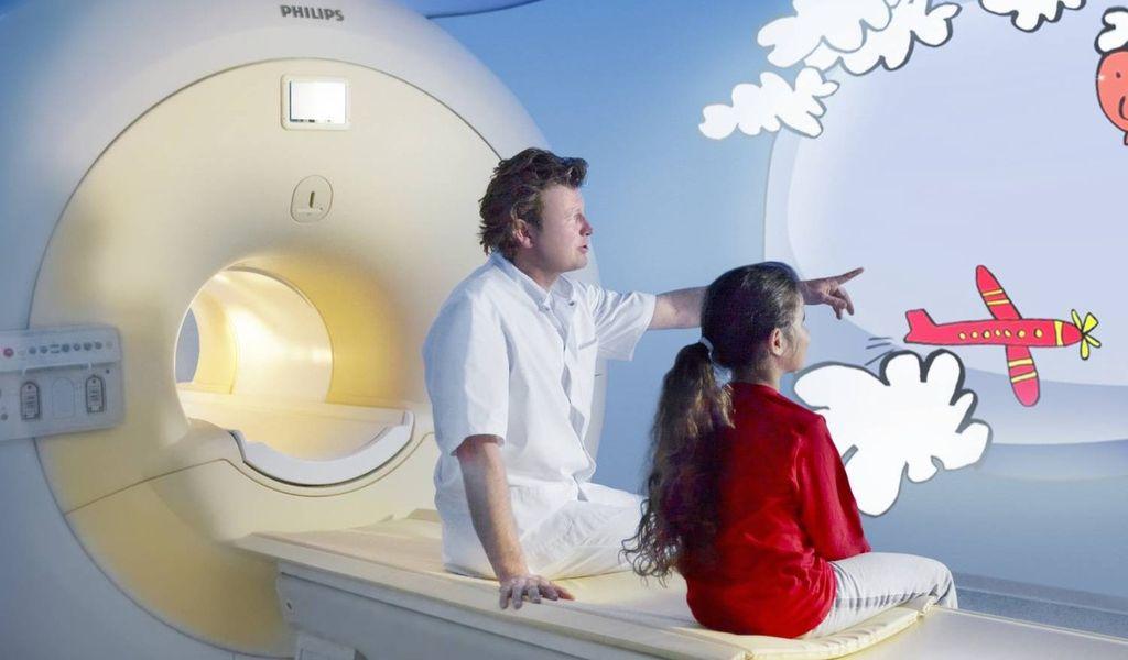 Общение ребенка с врачом перед процедурой сканирования