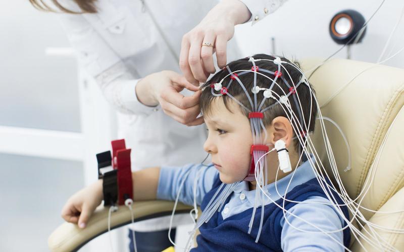 Шапочка с электродами на голове маленького пациента