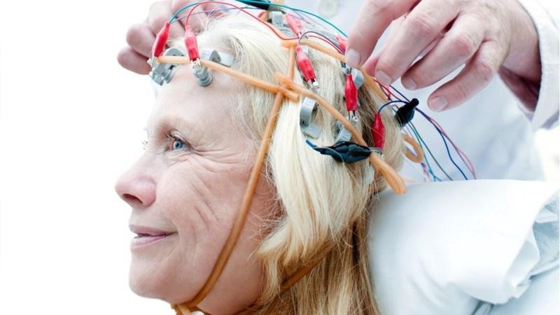 Установка датчиков на голову женщине