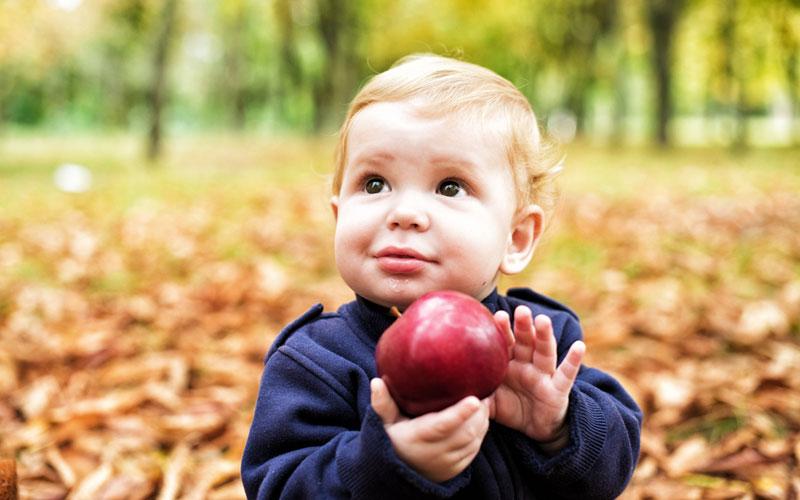 Ребенок с яблоком