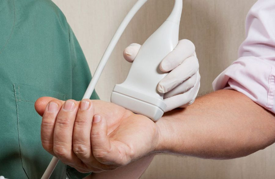 Приложение датчика к руке пациента